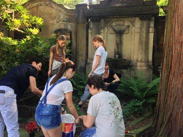 wir pflanzen das Grab des ehemaligen Militärseelsorgers