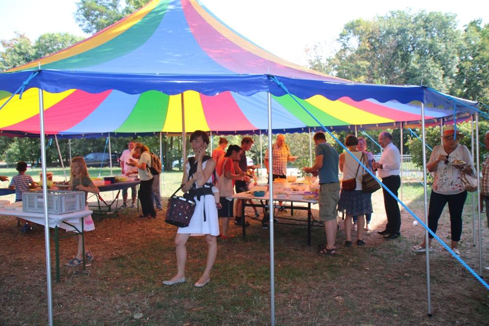 Dank den Helfern für den Aufbau dieses Zeltes, der ev. Markusgemeindein Pieschen für's Ausleihen – es spendet Schatten und so so herrlich bunt!