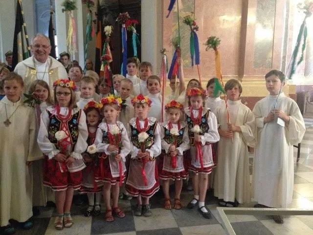 Kinder aus der polnischen Gemeinde Dresden zum Gottesdienst in der Kathedrale