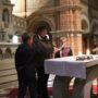 Unsere Versprechen uns gut auf die Erstkommunion vorzubereiten, liegen neben dem Tabenakel in der Burse