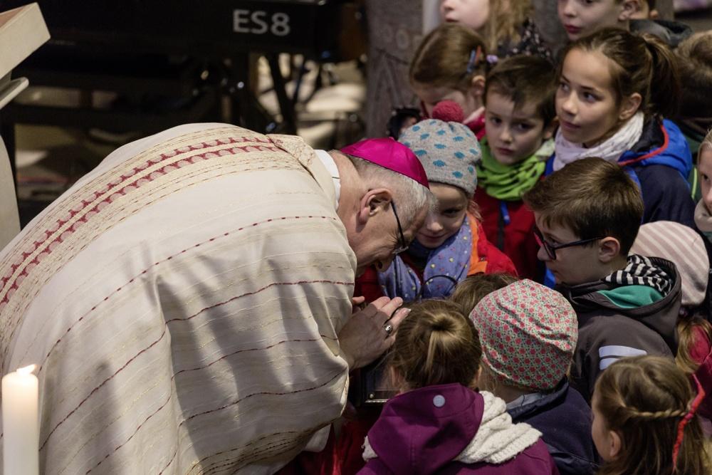 Bischof Heinrich gibt den Kindern eine Schatzkiste am Anfang des Gottesdienstes. Was da wohl drin ist?