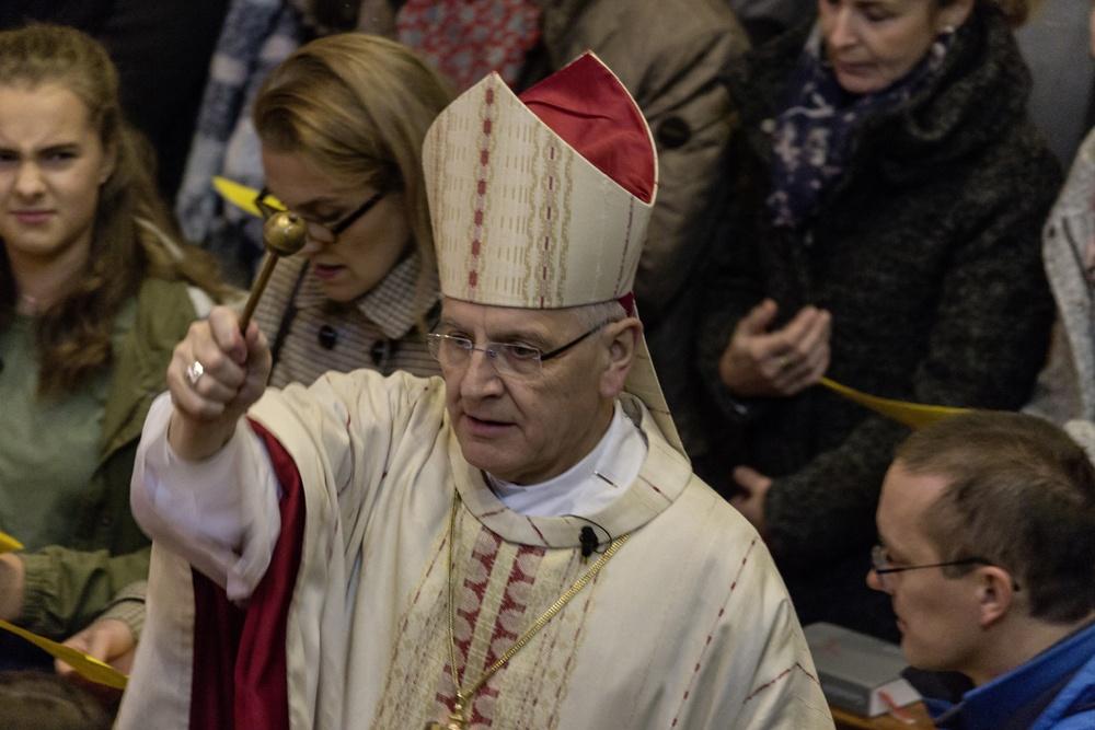 Bischof Heinrich erinnert uns an unsere Taufe – Asperges