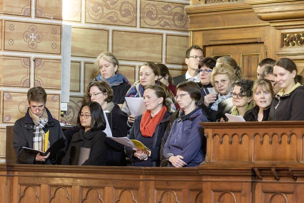 So eng wie es auf der Empore war, konnte man sich nicht setzen und war um so aufmerksamer zur Predigt