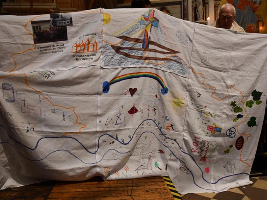 In der Schatzkiste waren 7 Tücher, die die Kinder mit Symbilden der 7 Gemeinden bemalten und als großes Tuch zusammensetzten.