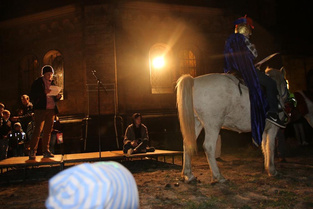 Das Pferd macht, was es will und zeigt dem Bettler wie viele andere Passanten das Hinterteil.