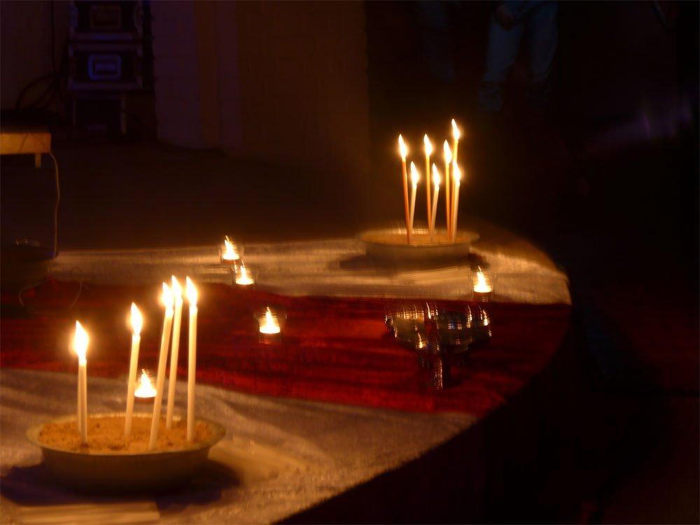 unsere Gebetsanliegen rufen zu Gott mit den brennenden Kerzen