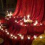 Kerzen und Weihrauch am Altar