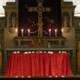 Das Christkönigsbild in St. Martin ist mit dem Fastentuch verdeckt
