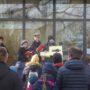 Das Kreuz tragen verschiedene Kinder von Station zu Station (Danke auch auch Trägern!)