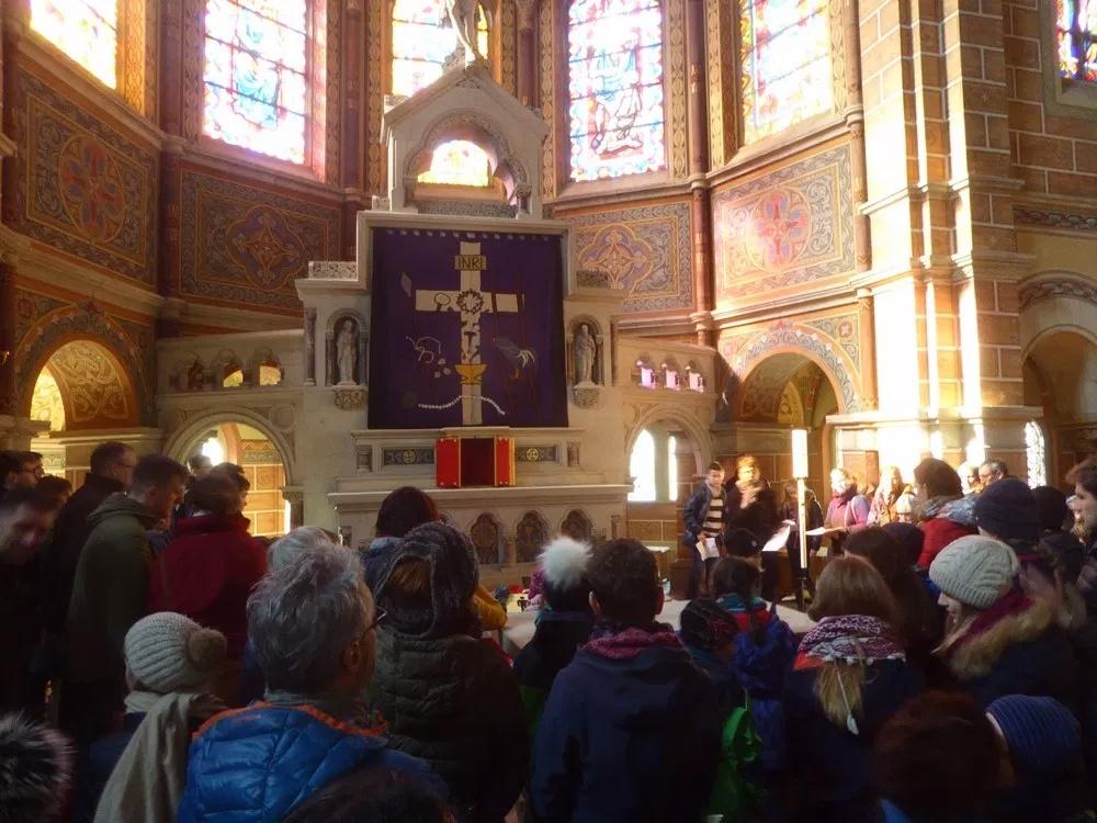eingeladen mit einer Blume und einer Kniebeuge das Kreuz Jesu zu verehren