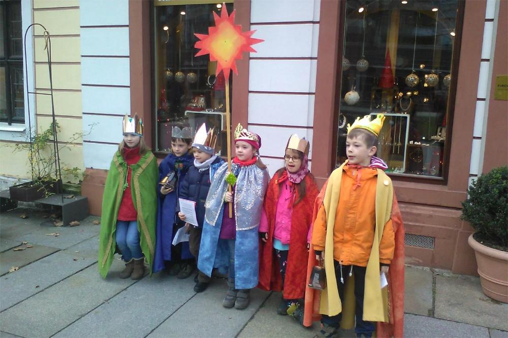 ökumenische Sternsinger ziehen durch die Straßen, singen, segnen und sammeln für Kinder