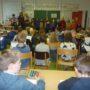In der 50. Grundschule trefen sich die Kinder der 2. Klassen zu einem gemeinsamen Sternsingervormittag