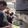 Der Küchenchef zeigt das Schälen der Gurken