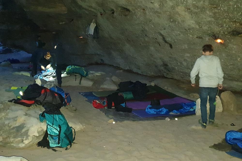 In der Dämmerung werden Teelichter im Felsen verteilt