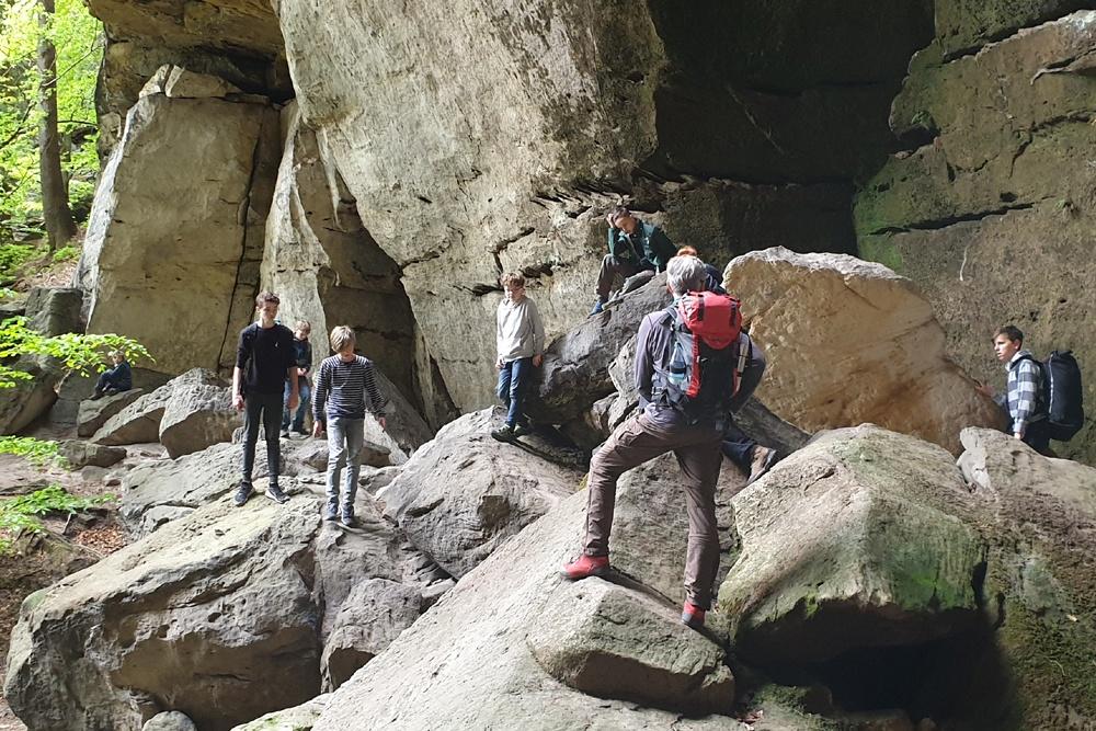 Wanderung zur R.stiege – die Jungs lotsen Connie über die Steinblöcke