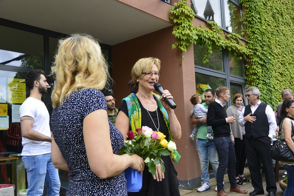 Begrüßungsrunde mit Rosen Rebekka-Chiara Hengge und Steffi Barth