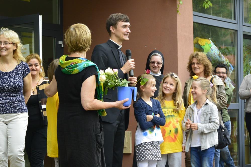 Die Herzen der Kinder hat sich der Kaplan Florian Mroß zur RKW schon erobert, wie man sieht