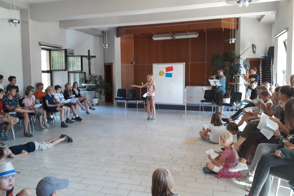 """Nach dem Dirigentenspiel können die Kinder auch die Einsätze für """"Der Himmel geht über allen auf"""" geben. Bettina kann so flöten."""