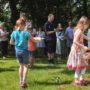 Kinder sträuen Blumen vor den Stationsaltären