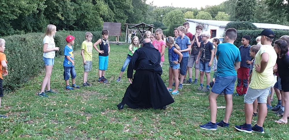 so viel Energie – Pater Thaddäus lehrt uns Menschen-Schnick-Schnack-Schnuck