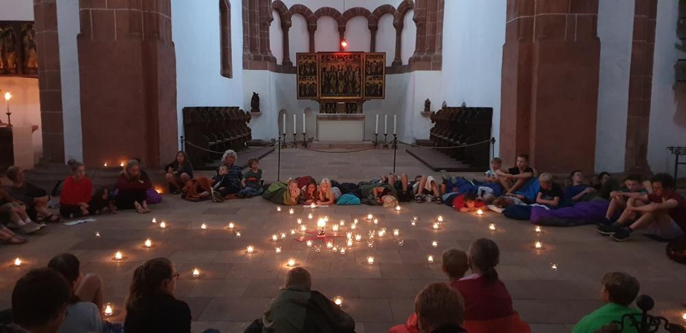 Taizegebet am Abend in der Basilika hinter dem Lettner