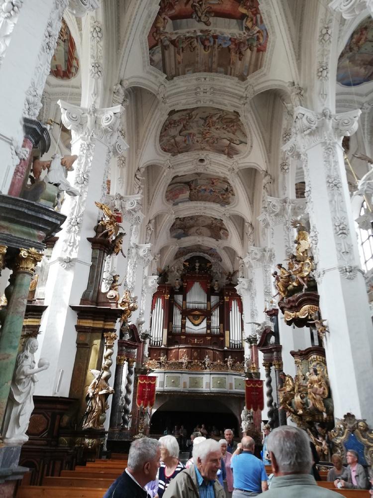 reich bemalte Decke und Orgelprospekt in der Klosterkirche Neuzelle