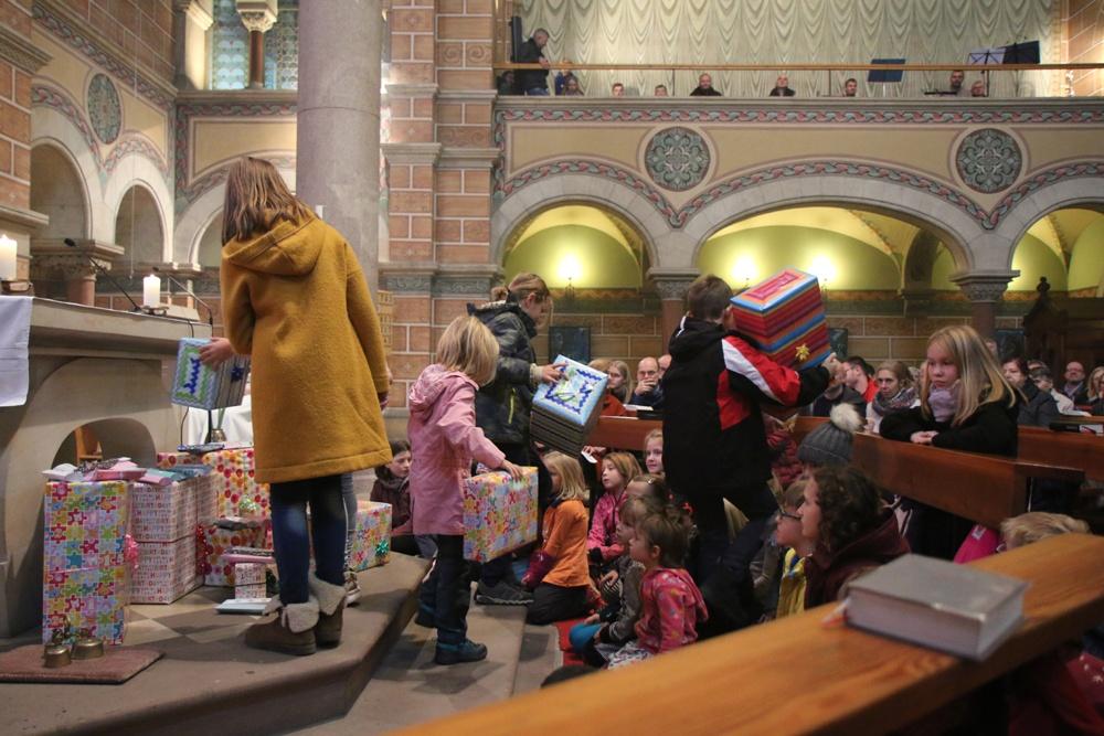 Die Kinder dürfen mit ihren Elten Geschenke auspacken