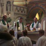 Die Eucharistiefeier wurde geleitet von Pfarrer Thaddäus Posielek; die Pfarrer Ludger M. Kauder und André Lommatzsch sowie Prälat Hellmut Puschmann konzelebrierten.
