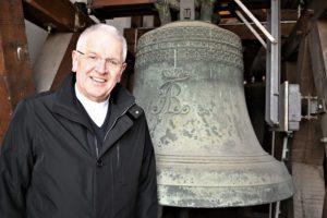 Lädt zum Danken mit Glockenläuten ein: Bischof Heinrich im Glockenturm der Dresdner Kathedrale. © Dompfarrer Norbert Büchner