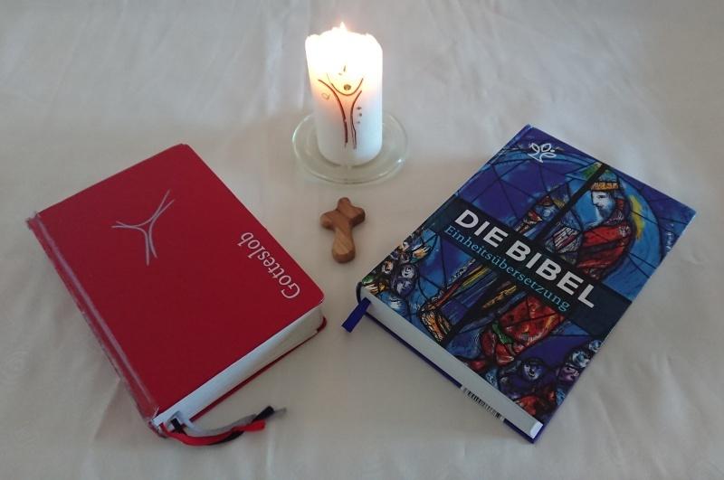 Gotteslob, Bibel, Kreuz und Kerze