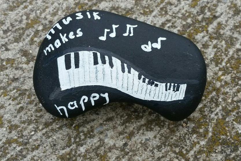 Klavier - auf einen Stein gemalt