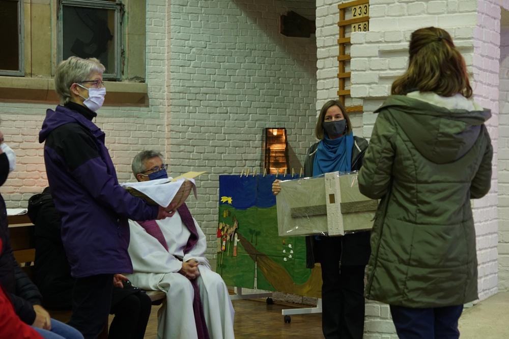 Das Auferstehungskreuz vom Emporenfries von Friedrich Press soll in klein als Dankgeschenk und ein Korb voller Dankbriefe